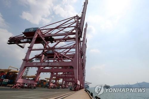 A crane handling Hanjin Shipping's containers remains idle at a port in Busan on Sept. 1, 2016. (Yonhap)
