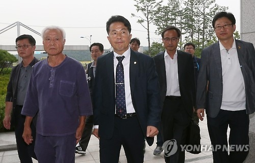Independent lawmaker Yoon Jong-o enters the Ulsan District Prosecutors' Office on Sept. 7, 2016, to face questions over allegations he violated the election law in the runup to April's general elections. (Yonhap)
