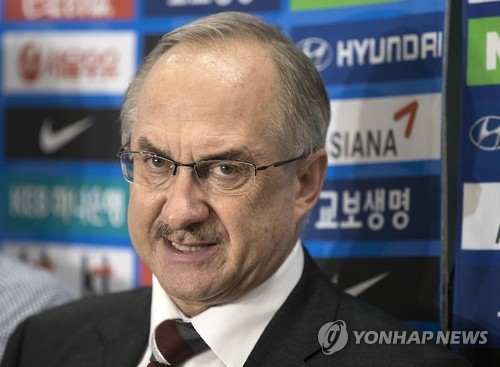 South Korean men's football head coach Uli Stielike speaks to reporters at Incheon International Airport after returning from Malaysia on Sept. 8, 2016. (Yonhap)