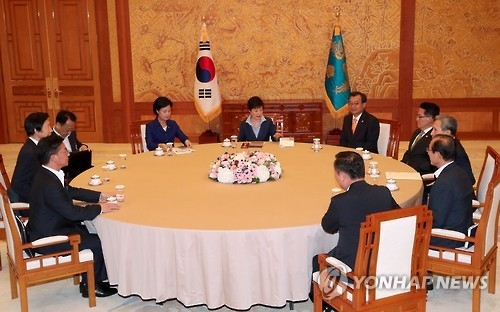 South Korean President Park Geun-hye (C) holds a meeting with the leaders of the ruling Saenuri Party, the main opposition Minjoo Party of Korea and the People's Party at the presidential office Cheong Wa Dae in Seoul on Sept. 12, 2016. The ministers of defense, foreign affairs, unification and finance also attended the meeting. (Yonhap)