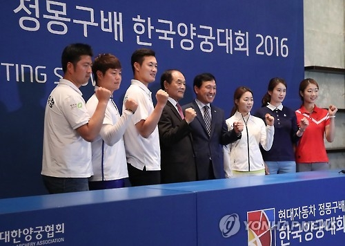 South Korean archers and officials pose for pictures at a press conference in Seoul announcing the launch of the Hyundai Motor Chung Mong-koo Cup Korea Archery Competition on Sept. 12, 2016. From left: archers Kim Woo-jin, Lee Seung-yun and Ku Bon-chan; Kim Ki-chan, vice president of the Korea Archery Association (KAA) and Jang Young-sool, executive director of the KAA; and archers Chang Hye-jin, Ki Bo-bae and Choi Mi-sun. (Yonhap)