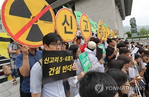 Citizens protest against the construction of new nuclear reactors in the southern port city of Busan in central Seoul on June 23, 2016. The Nuclear Safety and Security Commission allowed the state-run Korea Hydro and Nuclear Power Co. to add Shin Kori No. 5 and No. 6 to the nuclear power plant in the region on the day. (Yonhap)