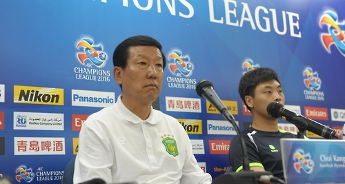 In this photo provided by Jeonbuk Hyundai Motors, Jeonbuk head coach Choi Kang-hee (L) speaks during a press conference at Jeonju World Cup Stadium in Jeonju, North Jeolla Province, on Sept. 12, 2016, one day before their Asian Football Confederation Champions League quarterfinals against Shanghai SIPG. (Yonhap)