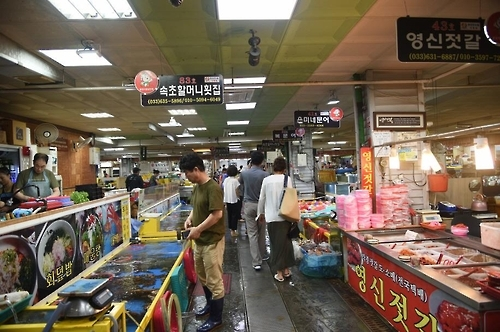The photo provided by the merchants' association at Sokcho Tourist Fish Market shows rows of unique restaurants where customers get to pick their own fish and other seafood. (Yonhap)