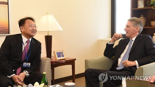 Finance Minister Yoo Il-ho (L) holds talks with his British counterpart Philip Hammond in Washington, D.C., on Oct. 7, 2016 (local time). (Yonhap)