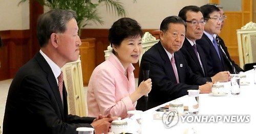 South Korean President Park Geun-hye (2nd from L) speaks during a meeting with the 19-member delegation of the Japanese Business Federation, also known as Keidanren, at the presidential office Cheong Wa Dae in Seoul on Oct. 10, 2016. (Yonhap)
