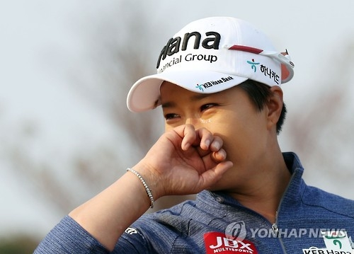 South Korean golfer Pak Se-ri sheds tears during her retirement ceremony held at Sky 72 Golf & Resort's Ocean Course during the LPGA KEB Hana Bank Championship on Oct. 13, 2016. (Yonhap)