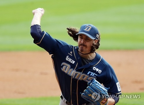 Zach Stewart of the NC Dinos throws a pitch against the Doosan Bears in Game 1 of the Korean Series at Jamsil Stadium in Seoul on Oct. 29, 2016. (Yonhap)