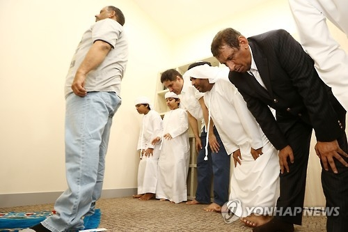 Muslims pray at a prayer room at Seoul National University Hospital in Seoul on July 6, 2016. (Yonhap)