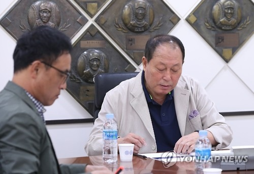 In this file photo taken on Oct. 6, 2016, national baseball team manager Kim In-sik (R) holds a meeting in Seoul with pitching coach Song Jin-woo over the provisional roster for the 2017 World Baseball Classic. (Yonhap)
