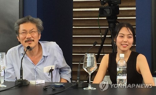 This file photo, provided by Finecut, shows Hong Sang-soo (L) and Kim Min-hee holding a press conference at a film festival in Switzerland in August 2015. (Yonhap)