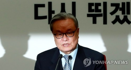 In Myung-jin, the interim leader of the ruling Saenuri Party, speaks during a meeting with senior party officials at the party's headquarters in western Seoul on Jan. 4, 2017. (Yonhap)