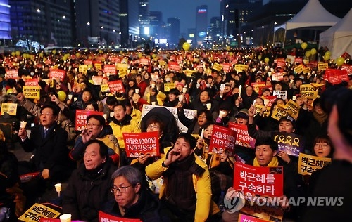 Protesters gathered in Seoul's Gwanghwamun Square demand President Park Geun-hye's resignation in the 11th consecutive weekly rally held on Jan. 7, 2017. (Yonhap)