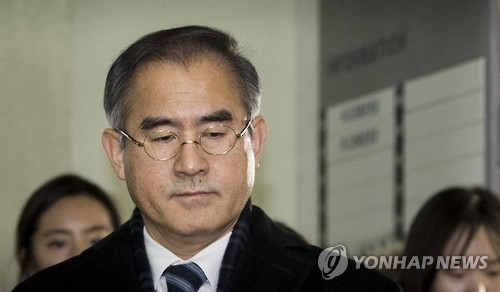 Kim Sang-yule, former presidential secretary for cultural affairs, enters the special prosecutors' office in Seoul on Jan. 8, 2016, for questioning over his involvement in the creation of the so-called blacklist of cultural figures. (Yonhap)