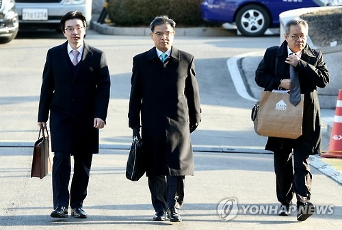 Lee Joong-hwan (C), a lawyer representing President Park Geun-hye, arrives at the Constitutional Court in Seoul on Jan. 10, 2017, to attend a hearing on Park's impeachment. (Yonhap)
