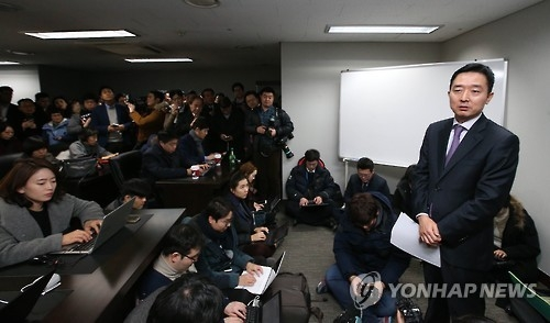 Lee Do-woon, the spokesman for former U.N. Secretary-General Ban Ki-moon, holds a press conference in Ban's office in Mapo-gu, western Seoul, on Jan. 11, 2017. (Yonhap)