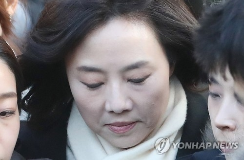 Culture Minister Cho Yoon-sun leaves the Seoul Central District Court on Jan. 20, 2017, after attending a hearing to review the legality of her detention. The special prosecutor's team requested an arrest warrant for Cho over allegations she was involved in creating a blacklist of anti-government cultural figures while serving as a senior aide to President Park Geun-hye. After the three-hour long review session, Cho waited for the court's decision at a detention center in Uiwang, south of Seoul. (Yonhap)