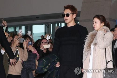 Singer Rain and actress Kim Tae-hee, who married on Jan. 19, 2017, pose for a photo at Incheon International Airport before leaving for their honeymoon on the Indonesian resort island of Bali on Jan. 22. (Yonhap)