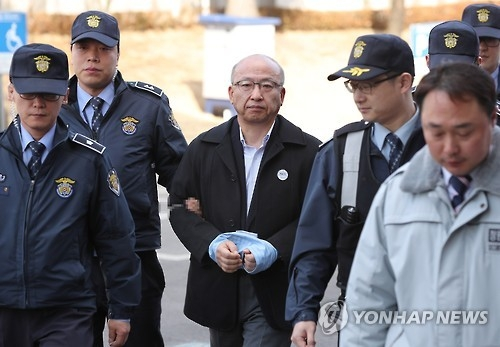 Former Health Minister Moon Hyung-pyo (C) arrives at the Constitutional Court in Seoul on Feb. 9, 2017, to testify at President Park Geun-hye's impeachment trial. (Yonhap)