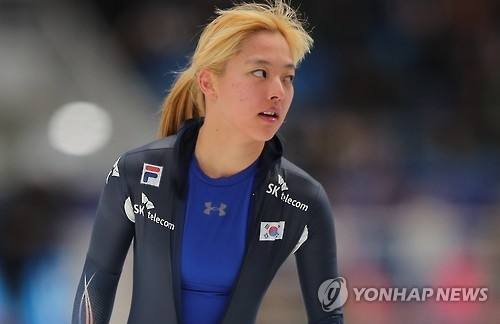 South Korean Kim Bo-reum checks her time after finishing the women's 3,000m at the International Skating Union (ISU) World Single Distances Speed Skating Championships at Gangneung Oval in Gangneung, Gangwon Province, on Feb. 9, 2017. (Yonhap)