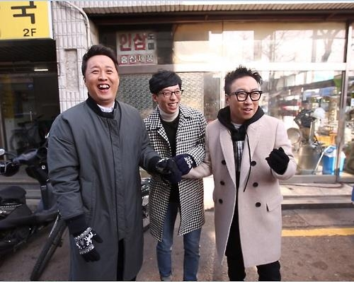 "In this photo provided by MBC TV, comedians Jung Jun-ha (L), Yoo Jae-suk (C) and Park Myeong-soo (R) appear on the weekend comedy show ""Infinite Challenge."" (Yonhap)"