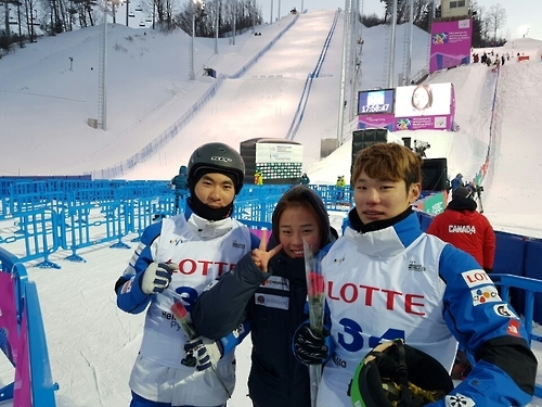South Korean aerial skiers Kim Nam-jeen (R), Yoon Gi-chan (L) and Kim Kyoung-eun pose for a photo after Kim and Yoon finish their performance in the men's aerials at the FIS Freestyle Ski World Cup at Phoenix Snow Park in PyeongChang, Gangwon Province, on Feb. 10, 2017. (Yonhap)