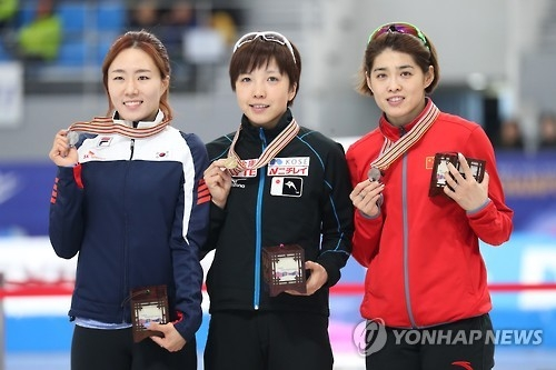 South Korean Lee Sang-hwa (L) poses with her silver medal for the women's 500m at the International Skating Union World Single Distances Speed Skating Championships next to Nao Kodaira of Japan (C), the gold medalist, and Yu Jing of China, the runner-up, at Gangneung Oval in Gangneung, Gangwon Province, on Feb. 10, 2017. (Yonhap)