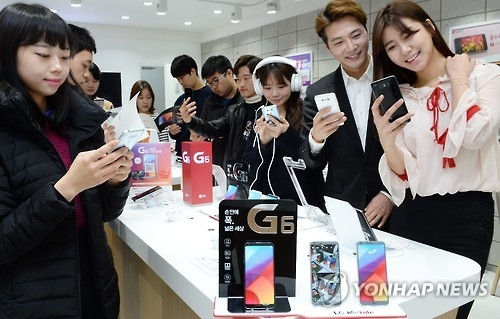 Models pose with the LG G6 in this photo released by LG Electronics Inc. in a shop in Seoul on March 12, 2017. (Yonhap)