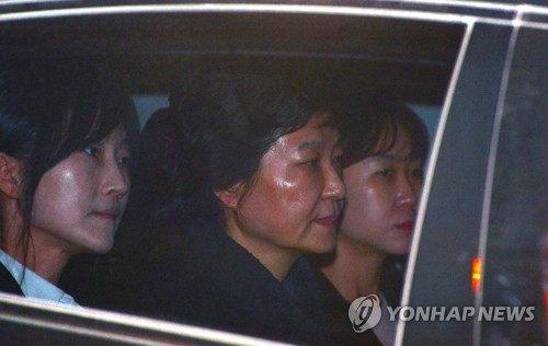 Former President Park Geun-hye (C) is taken to a detention center south of Seoul on March 31, 2017, after a court issued a warrant for her arrest over a corruption scandal. (Yonhap)