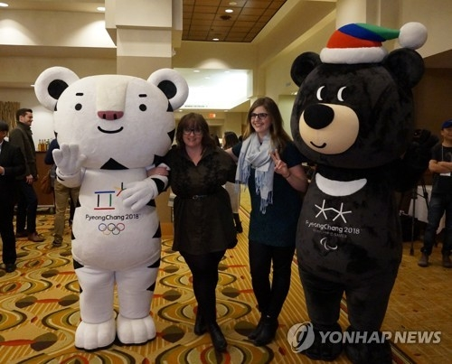 Foreign participants pose with the mascots of the 2018 PyeongChang Winter Olympics during a promotion event in Toronto on April 3, 2017, in this photo provided by the Korea Tourism Organization the next day. (Yonhap)