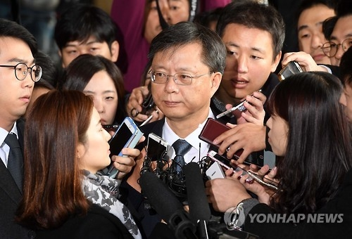 In this file photo taken on Nov. 6, 2016, Woo Byung-woo, former senior presidential secretary for civil affairs, appears at the Seoul Central District Prosecutors' Office in southern Seoul for questioning over a string of corruption allegations. (Yonhap)