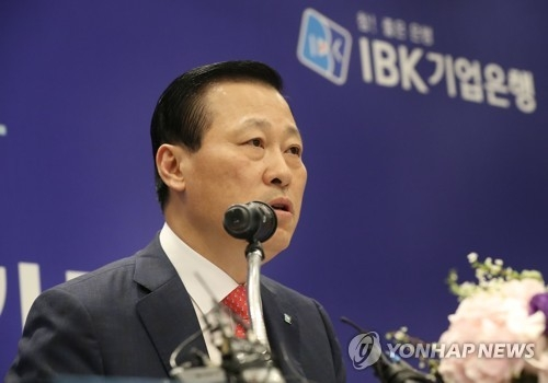 IBK CEO Kim Do-jin speaks at a news conference at the headquarters of the Korea Federation of Banks in central Seoul on April 6, 2017. (Yonhap)