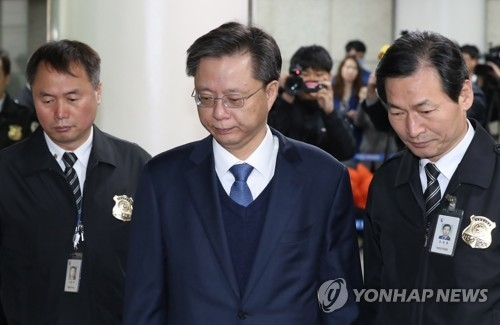 Woo Byung-woo (C), former senior presidential secretary for civil affairs, arrives at the Seoul Central District Court in the capital on April 11, 2017, to attend a hearing on his arrest. (Yonhap)