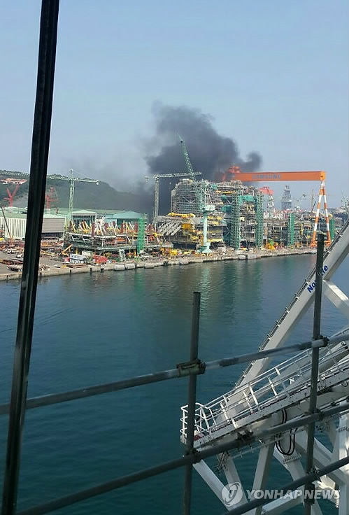 This provided photo shows black smoke billowing from the Samsung Heavy Industries Co.'s shipyard in the southeastern port city of Geoje on May 17, 2017. (Yonhap)