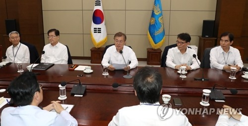 President Moon Jae-in (back row, C) speaks in a weekly meeting with his senior secretaries held at the presidential office Cheong Wa Dae on May 29, 2017. (Yonhap)