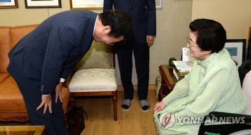 Prime Minister Lee Nak-yon pays a courtesy call on Lee Hee-ho, the widow of former President Kim Dae-jung, at her home in Donggyo-dong, western Seoul, on June 2, 2017. (Yonhap)