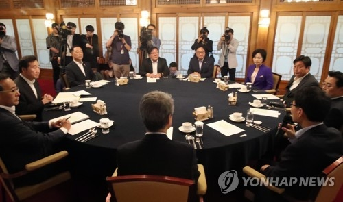 Top officials from the ruling Democratic Party, government and presidential office Cheong Wa Dae hold a meeting on a government restructuring plan and extra budget proposal at the prime minister's official residence in Seoul on June 5, 2017. (Yonhap)