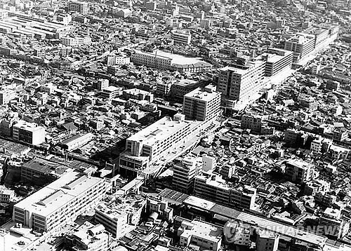 This photo, provided by the Seoul Metropolitan Government on Nov. 4, 2014, shows the Seun Sangga shopping area in the Jongno Ward of the city in 1968. (Yonhap)