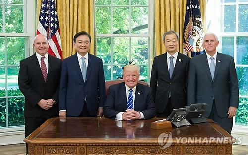 Hong Seok-hyun (2nd from L), a special envoy of South Korean President Moon Jae-in, poses for a photo with U.S. President Donald Trump (C) in the Oval Office at the White House in Washington on May 17, 2017, in this photo released by Trump's office. Also present at the meeting are South Korean Ambassador to the United States Ahn Ho-young (2nd from R), U.S. Vice President Mike Pence (R) and U.S. National Security Adviser H.R. McMaster. (Yonhap)