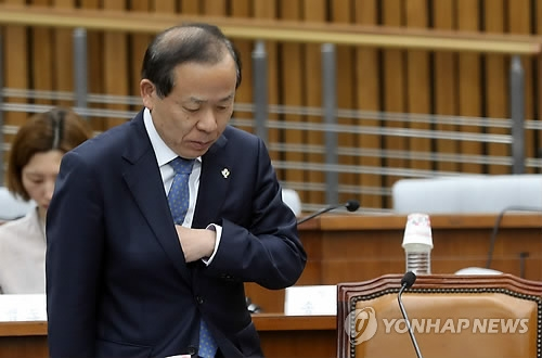Constitutional Court chief nominee Kim Yi-su attends a parliamentary confirmation hearing at the National Assembly in Seoul on June 8, 2017. (Yonhap)