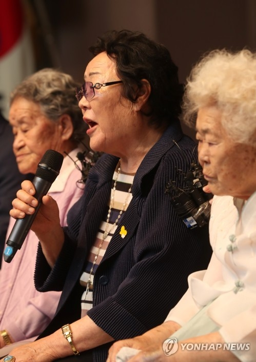 Lee Yong-soo (C), a 90-year-old victim of Japan's wartime sexual slavery, speaks at a press conference held in central Seoul on June 8, 2017. (Yonhap)