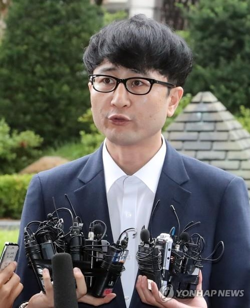 Lee Jun-seo, a former senior party official of the People's Party, answers questions from reporters before he enters a district prosecutors' office building in Seoul on July 3, 2017. He was to appear for questioning over the fabrication of a tip-off against President Moon Jae-in's son during the election campaign earlier this year. (Yonhap)