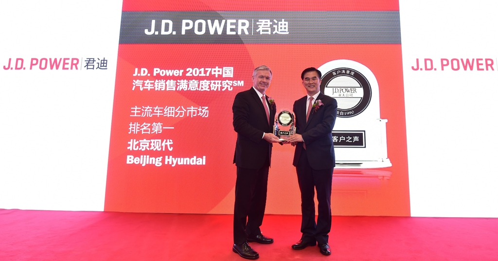 In this photo taken in an event held in Beijing on June 29, 2017, and provided by Hyundai Motor, Finbarr O'Neill (L), president of J.D. Power and Associates, and Kwon Hyuk-dong, senior vice president of Hyundai Motor's operations in Chinapose for a photo after the carmaker was awarded for its J.D. Power's satisfaction rankings in China. (Yonhap)