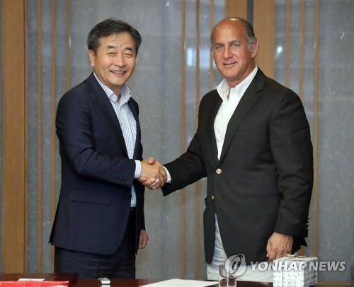 Park No-hwang (L), the president and CEO of Yonhap News Agency, and Ecuador's Ambassador to South Korea Oscar Herrera Gilbert shake hands during their meeting at Yonhap's headquarters in Seoul on July 7, 2017. (Yonhap)