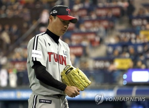 In this file photo taken on April 13, 2017, Yoon Ji-woong of the LG Twins leaves the mound in the bottom fifth in a Korea Baseball Organization game against the NC Dinos at Masan Stadium in Changwon, South Gyeongsang Province. (Yonhap)