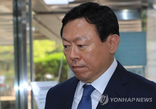 Lotte Group Chairman Shin Dong-bin arrives at the Seoul Central District Court in the capital on July 6, 2017, to stand trial over allegations of bribery involving former President Park Geun-hye and her friend. (Yonhap)