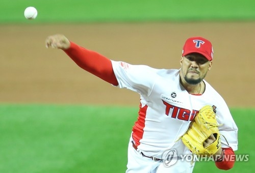 Hector Noesi of the Kia Tigers throws a pitch against the Doosan Bears in the top of the fourth inning in Game 1 of the Korean Series at Gwangju-Kia Champions Field in Gwangju on Oct. 25, 2017. (Yonhap)