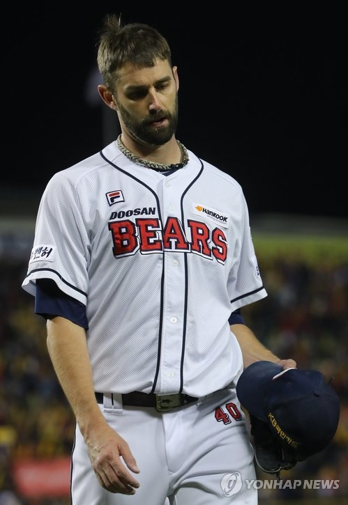 Dustin Nippert of the Doosan Bears leaves the mound in the top of the sixth inning against the Kia Tigers in Game 5 of the Korean Series at Jamsil Stadium in Seoul on Oct. 30, 2017. (Yonhap)