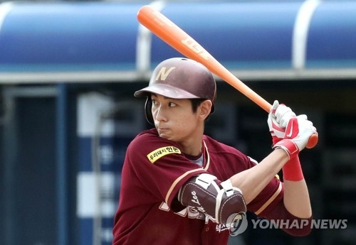 In this file photo taken Sept. 17, 2017, Lee Jung-hoo of the Nexen Heroes waits for a pitch from the NC Dinos in the top of the eighth inning in the clubs' Korea Baseball Organization regular season game at Masan Stadium in Changwon, South Gyeongsang Province. (Yonhap)