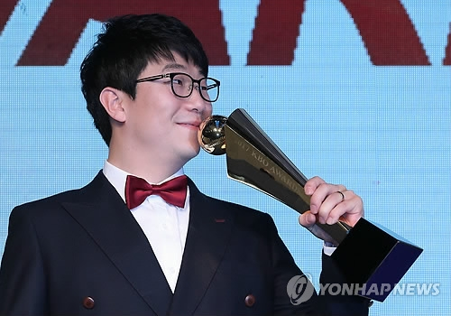 Yang Hyeon-jong of the Kia Tigers kisses the trophy for the MVP in the Korea Baseball Organization during the awards ceremony in Seoul on Nov. 6, 2017. (Yonhap)